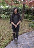Belle jeune femme coréenne posant sur un trottoir à Dallas, le Texas photographie stock