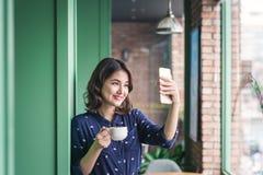 Belle jeune femme d'affaires asiatique mignonne dans le café, prenant le sel image libre de droits