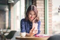 Belle jeune femme d'affaires asiatique mignonne dans le café, prenant le sel Photo stock