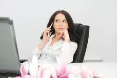 Belle jeune femme d'affaires avec l'ordinateur portable dans le bureau Photographie stock libre de droits