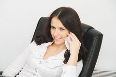 Belle jeune femme d'affaires avec l'ordinateur portable dans le bureau Image stock