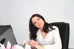Belle jeune femme d'affaires avec l'ordinateur portable dans le bureau Photo libre de droits