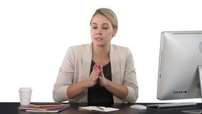 Belle jeune femme d'affaires donnant un discours à la caméra, fond blanc banque de vidéos
