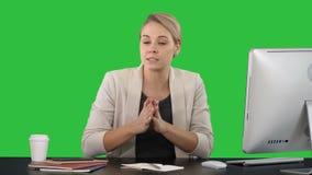 Belle jeune femme d'affaires donnant un discours à la caméra sur un écran vert, clé de chroma banque de vidéos