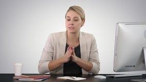 Belle jeune femme d'affaires donnant un discours à la caméra sur le fond de gradient banque de vidéos