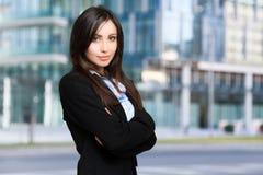 Belle jeune femme d'affaires extérieure image stock
