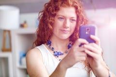 Belle jeune femme d'affaires heureuse employant le sourire futé de téléphone image stock