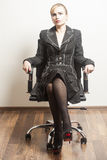 Belle jeune femme d'affaires s'asseyant sur une chaise photos stock