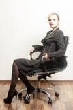 Belle jeune femme d'affaires s'asseyant sur une chaise images stock