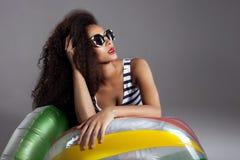 Belle jeune femme d'afro-américain avec de longs cheveux sains Photos stock
