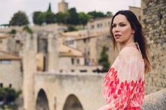 Belle jeune femme dans Besalu, Espagne Photos libres de droits