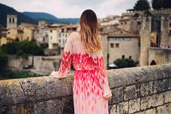 Belle jeune femme dans Besalu, Espagne Photographie stock