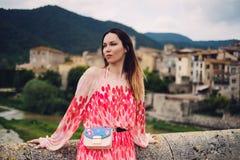 Belle jeune femme dans Besalu, Espagne Images stock