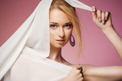 Belle jeune femme dans la bâche d'écharpe de mousseline de soie Image stock