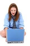 Belle jeune femme dans la chemise de l'homme et relation étroite avec l'ordinateur portatif Photo libre de droits