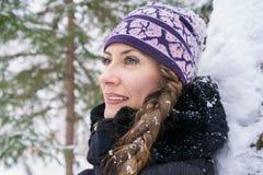 Belle jeune femme dans la forêt d'hiver Image stock