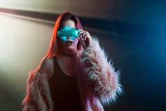 Belle jeune femme dans la réalité virtuelle futuriste en verre, style de Cyberpunk, lampe au néon Image stock