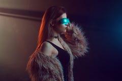 Belle jeune femme dans la réalité virtuelle futuriste en verre, style de Cyberpunk, lampe au néon Images libres de droits