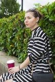 Belle jeune femme dans la robe photographie stock libre de droits
