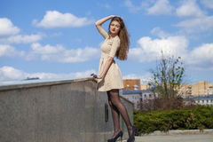 Belle jeune femme dans la robe beige de robe Images libres de droits