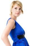 Belle jeune femme dans la robe de cocktail bleue. Image libre de droits