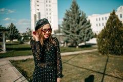 Belle jeune femme dans la robe de cru posant pour le photographe image stock