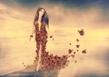 Belle jeune femme dans la robe de papillons Images stock