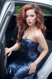 Belle jeune femme dans la robe de soirée bleue se reposant dans W Images stock