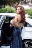 Belle jeune femme dans la robe de soirée bleue se tenant au Image stock