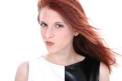 Belle jeune femme dans la robe en cuir noire et blanche Photos stock