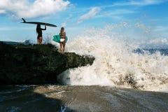 Belle jeune femme dans le bikini avec le panneau de ressac à la plage de l'île tropicale Images libres de droits