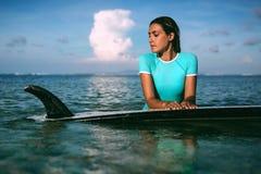 Belle jeune femme dans le bikini avec le panneau de ressac à la plage de l'île tropicale Images stock