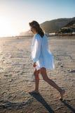 Belle jeune femme dans le maillot de bain sur la plage photo stock