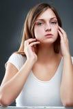 Belle jeune femme dans le studio regardant l'appareil-photo Image libre de droits
