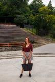 Belle jeune femme dans le théâtre extérieur photos stock