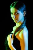 Belle jeune femme dans les lumières jaunes, vertes et bleues Image stock