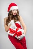 Belle jeune femme dans un chapeau de Santa Claus Photos libres de droits