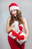 Belle jeune femme dans un chapeau de Santa Claus Images libres de droits