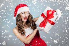 Belle jeune femme dans un chapeau de Santa Claus Photographie stock