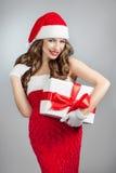 Belle jeune femme dans un chapeau de Santa Claus Photo stock