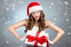 Belle jeune femme dans un chapeau de Santa Claus Images stock