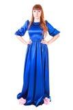 Belle jeune femme dans une longue robe de soirée bleue Images stock