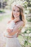 Belle jeune femme dans une robe romantique blanche Photographie stock