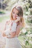 Belle jeune femme dans une robe romantique blanche Image libre de droits