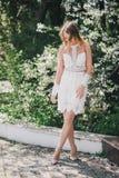 Belle jeune femme dans une robe romantique blanche Photos libres de droits