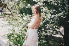 Belle jeune femme dans une robe romantique blanche Photo libre de droits
