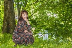 Belle jeune femme dans une roseraie de floraison photos libres de droits