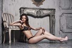 Belle jeune femme de attirance dans la lingerie sexy noire Images libres de droits