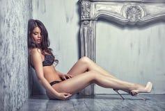Belle jeune femme de attirance dans la lingerie sexy noire Photographie stock libre de droits