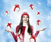 Belle jeune femme de brune avec beaucoup de cadeaux - portr de Noël photos stock